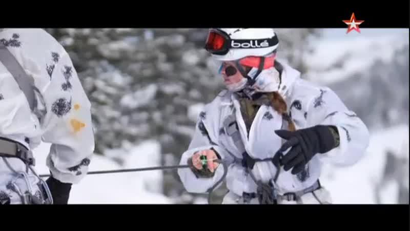 Девушки-военнослужащие готовятся к турниру по ски-альпинизму