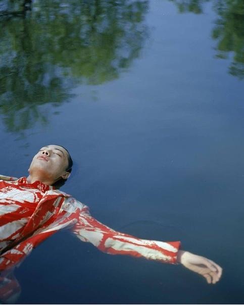 Луна Умирающей Травы вернулась, и снова наступил Октябрь. В эту пору Русая Ведьма вышла к реке, чтобы закончить свою волошбу, и первые ранние снежинки звездами падали за ее спиной. Улыбнувшись