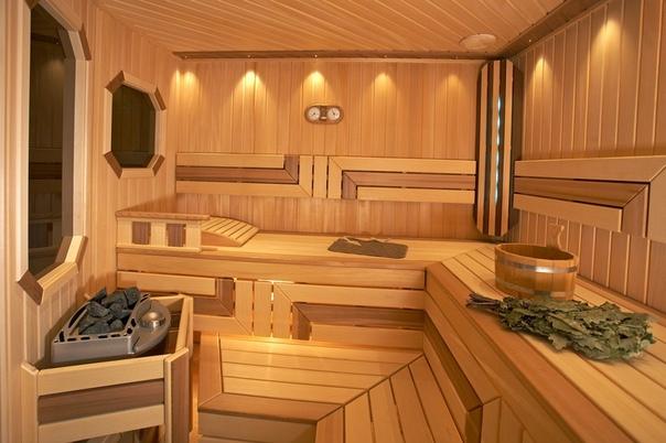 Отделка парилки: выбираем древесину Сосна. Единственный плюс низкая цена. Использовать сосновую вагонку можно только для обшивки бани, которая обогревается электрокаменкой, и то не самой мощной.