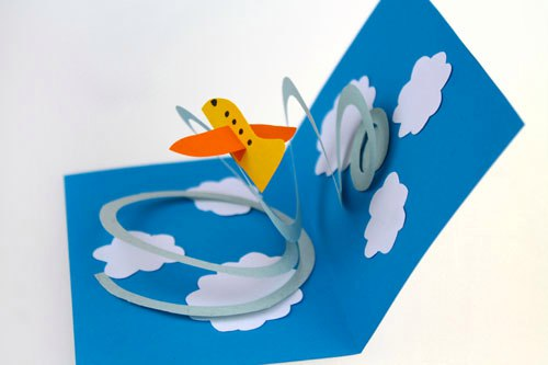 ОТКРЫТКА К 23 ФЕВРАЛЯ СВОИМИ РУКАМИ. Главное в этой открытке спираль. Спираль нужно вырезать из плотной бумаги и сделать как можно больше витков. Самолет, наоборот, нужно склеить из тонкой