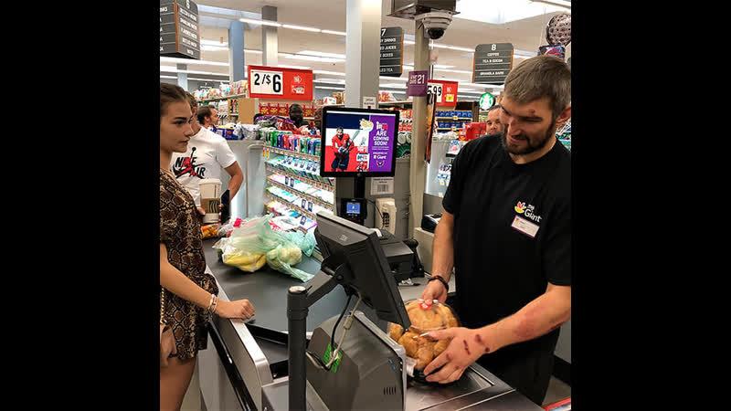 Овечкин стал кассиром в супермаркете
