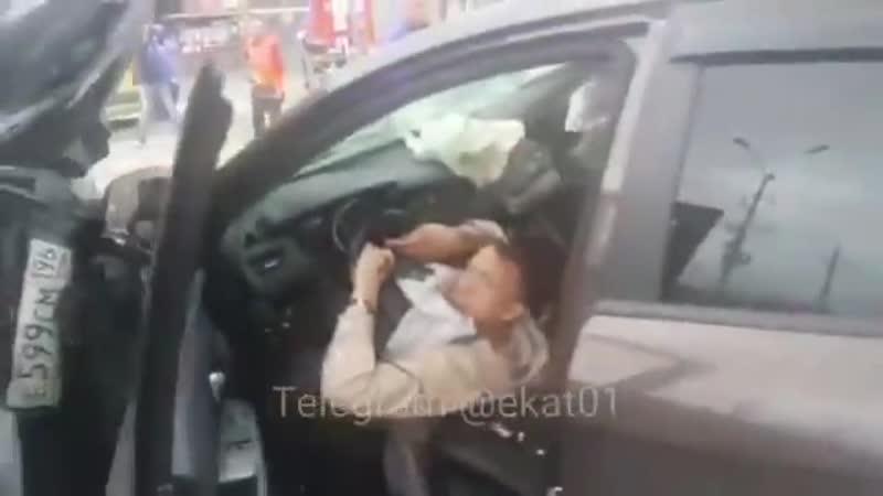 В Екатеринбурге два объебоса гнали под 200 и устроили аварию с жертвами, а потом как ни в чем не бывало сидели в тачке и дерзили