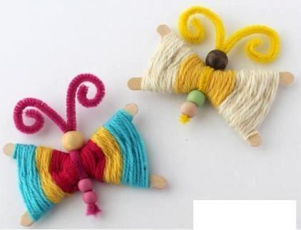 Поделка бабочки из ниток Таких симпатичных бабочек можно сделать с детьми 5-7 лет из подручных материалов.Помимо шерстяных ниток для поделки понадобятся деревянные палочки для поделок, синельная