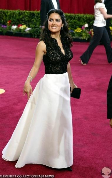 Сальма Хайек рассказала, как из-за «большой задницы» на ней лопнуло платье перед «Оскаром» Актрису выручила Рене Зеллвегер. В минувшую среду Сальма Хайек вручала своей коллеге Рене Зеллвегер