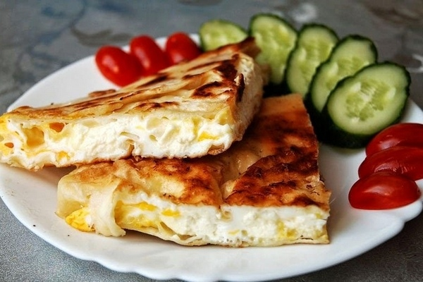 Рецепты яичницы Яичница с сыром в лаваше Блюдо предельно просто в приготовлении, лишь бы все нужные ингредиенты оказались под рукой. Оригинальное решение обычная яичница, упрятанная в лаваш.
