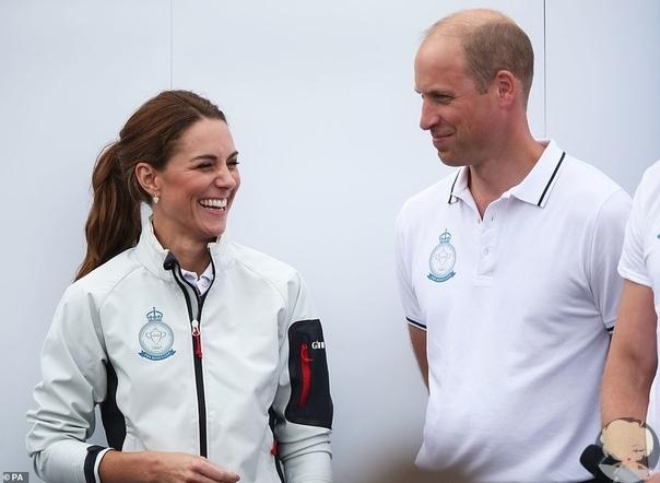 Кейт Миддлтон и принц Уильям на открытии парусной регаты Сегодня герцог и герцогиня Кембриджские сменили официальные наряды на спортивные и сели в свои яхты, чтобы побороться за главный приз
