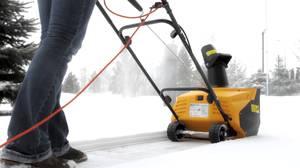 Применение снегоочистительной электрической техники для дачи. Размяться на свежем выпавшем снегу с лопатой и подышать морозным воздухом с радостью выходят мужчины, женщины и дети. В удовольствие