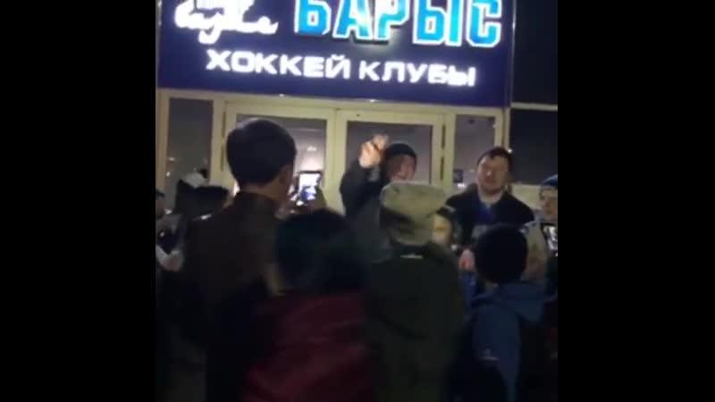 болельщики Барыса поют версию песни группы Жуки Батарейка