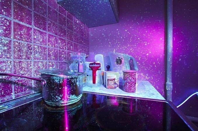В вашем доме чисто? Вполне возможно, что вам так кажется... Так выглядит кухня в ультрафиолете. Лучше бы я такого не видел