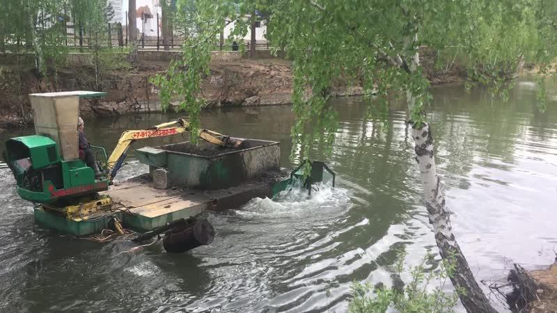 Машина-амфибия чистит карьер в парке Гагарина
