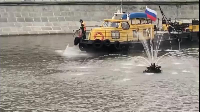 Москву-реку моют
