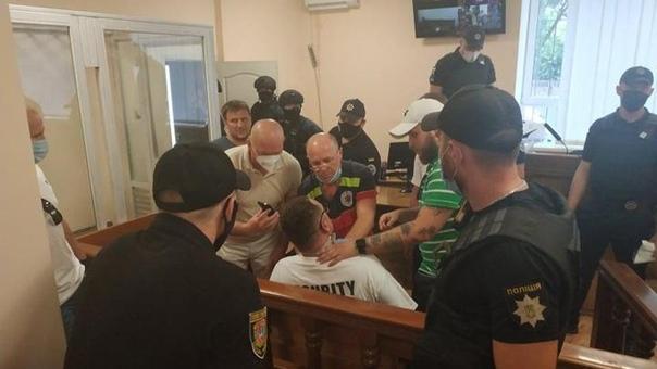 Одесский видеоблогер порезал себе горло прямо в здании...
