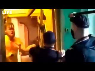 Мужчина устроил драку с полицейскими в Москве
