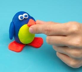 Пингвин из пластилина Пингвин- простая поделка из пластилина, которую можно сделать с дошкольниками 5-6 лет.Делаем яйцеобразную заготовку и пластилина основного цвета. Это будет голова и тело