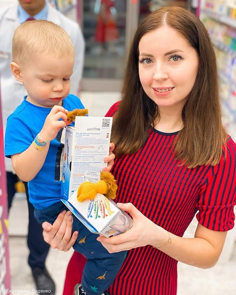 Екатерина Диденко на подоконнике с детьми на руках: