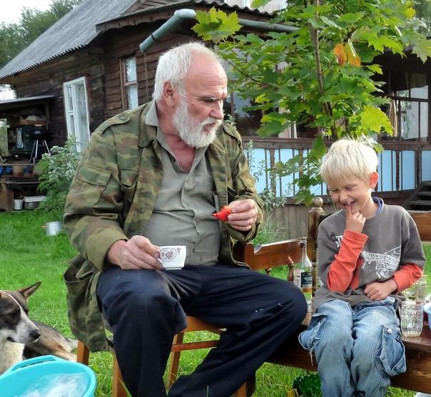 ДЕДА МИША Деда Миша был у Бабуси не первым мужем он был первым из её мужей, которых знал Андрейка. И единственным из них, кому Андрейка не был безразличен. Деда Миша был настоящим российским