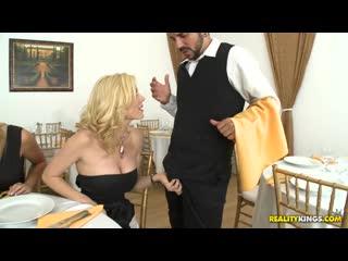Три МИЛФы-блондинки пристают к официанту а потом трахают его. Holly Sampson, Tanya Tate, Tyler Faith