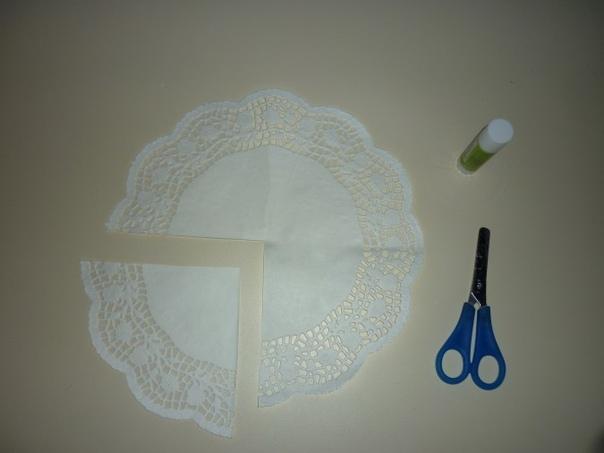 Поделка ко Дню Матери: Оригинальный нежный букет из салфеток Для поделки нам понадобятся белая офисная бумага, ажурные салфетки, цветные салфетки, клей карандаш, клей ПВА, степлер, ножницы,