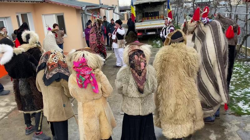 Traditii moldovenesti la trecerea dintre ani ursul capra uraturi etc
