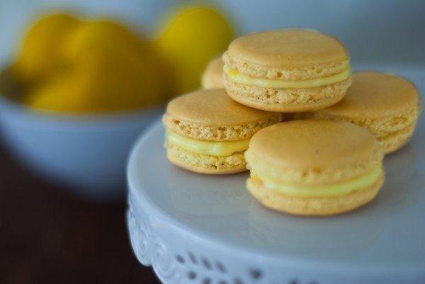 Нежные лимонные макаруны НУЖНО:Для печенья:200 г сахара110 г миндаля95 г яичных (белков примерно белки двух яиц)30 г сахарарозовый пищевой красительДля крема:сок одного лимона30 г сахара100 г