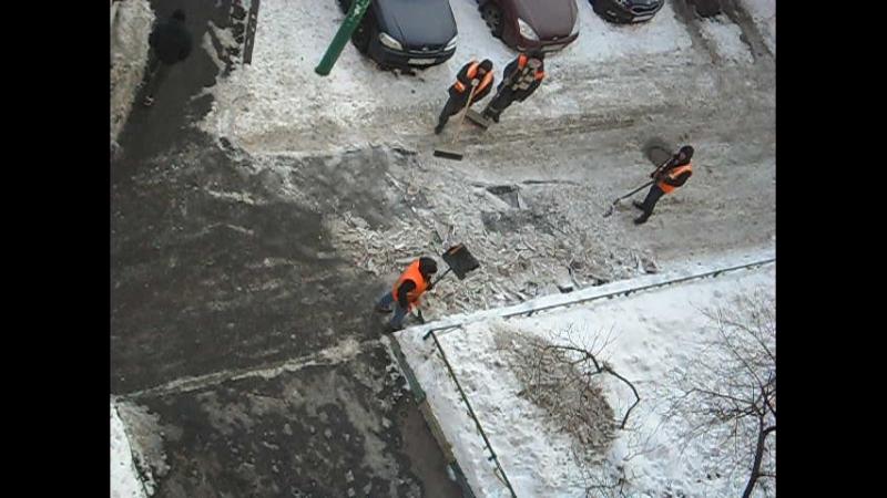 Складирование льда с реагентами на газоне 3.03.2018