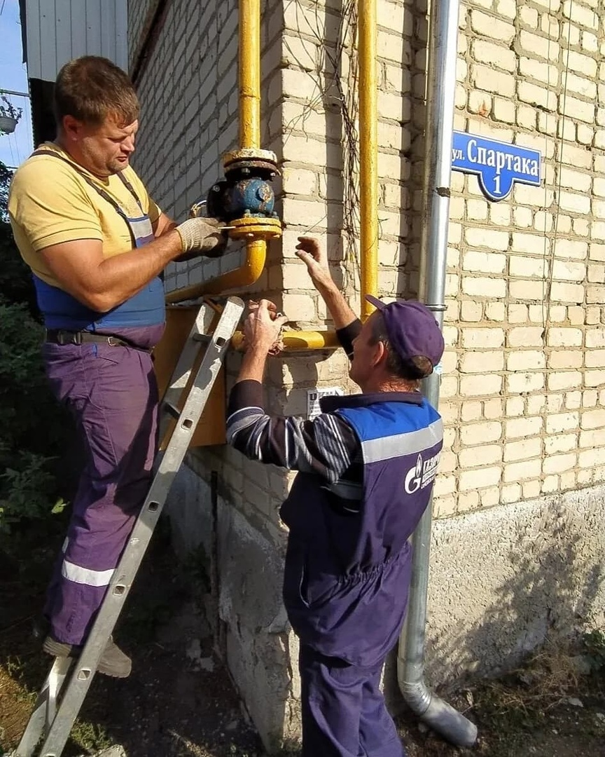 В случае наличия запаха газа в квартирах и домах следует сразу же обращаться в аварийно-газовую службу