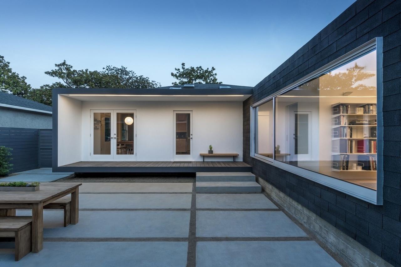▶ Дом с окном во двор / Edward Ogosta Architecture