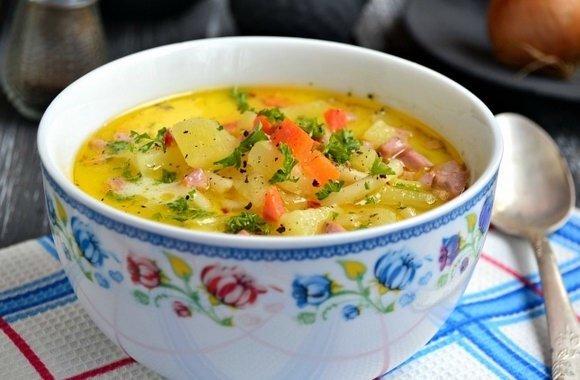 Самый вкусный сырный суп с колбасой НУЖНО (из расчета на 3-х литровую кастрюльку):- 3-4 средних картофелины- 0,5 стакана риса (можно сырого, но лучше отварного)- 1 средняя луковица- 2 небольшие