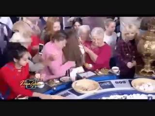 Зрители собирают еду на Поле чудес Давка массовки из-за бесплатной еды на бара