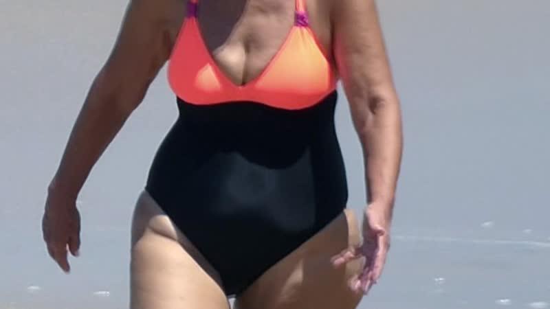 Бабуся тряхнула сиськами на пляже