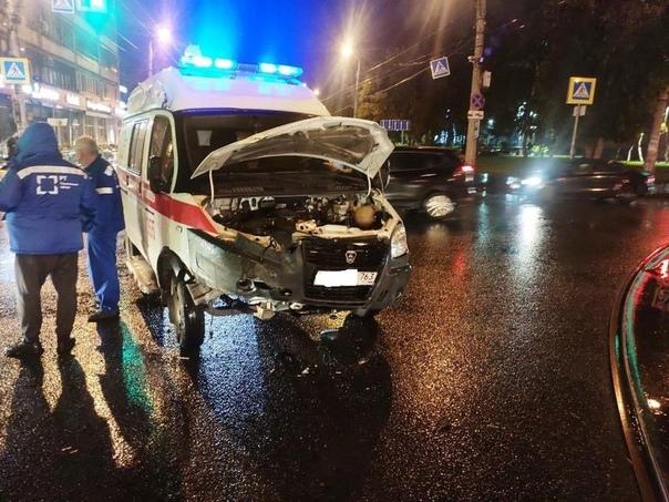 В Самаре молодой водитель столкнулся с каретой ско...