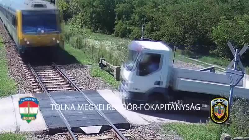 В Венгрии водитель на фуре решил не обращать внимание на семафор и не заметил грохота от поезда