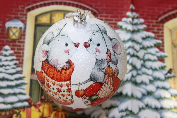 Елочный шарик с мышками. Диаметр 8 см. Ручная работа (декупаж).