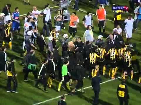 Briga Santos e Peñarol -Briga entre jogadores do Santos e os uruguaios tumultua o fim da partida