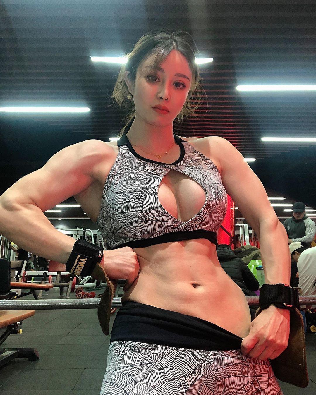 Юань Херонг — милая девушка с ногами кентавра из Китая