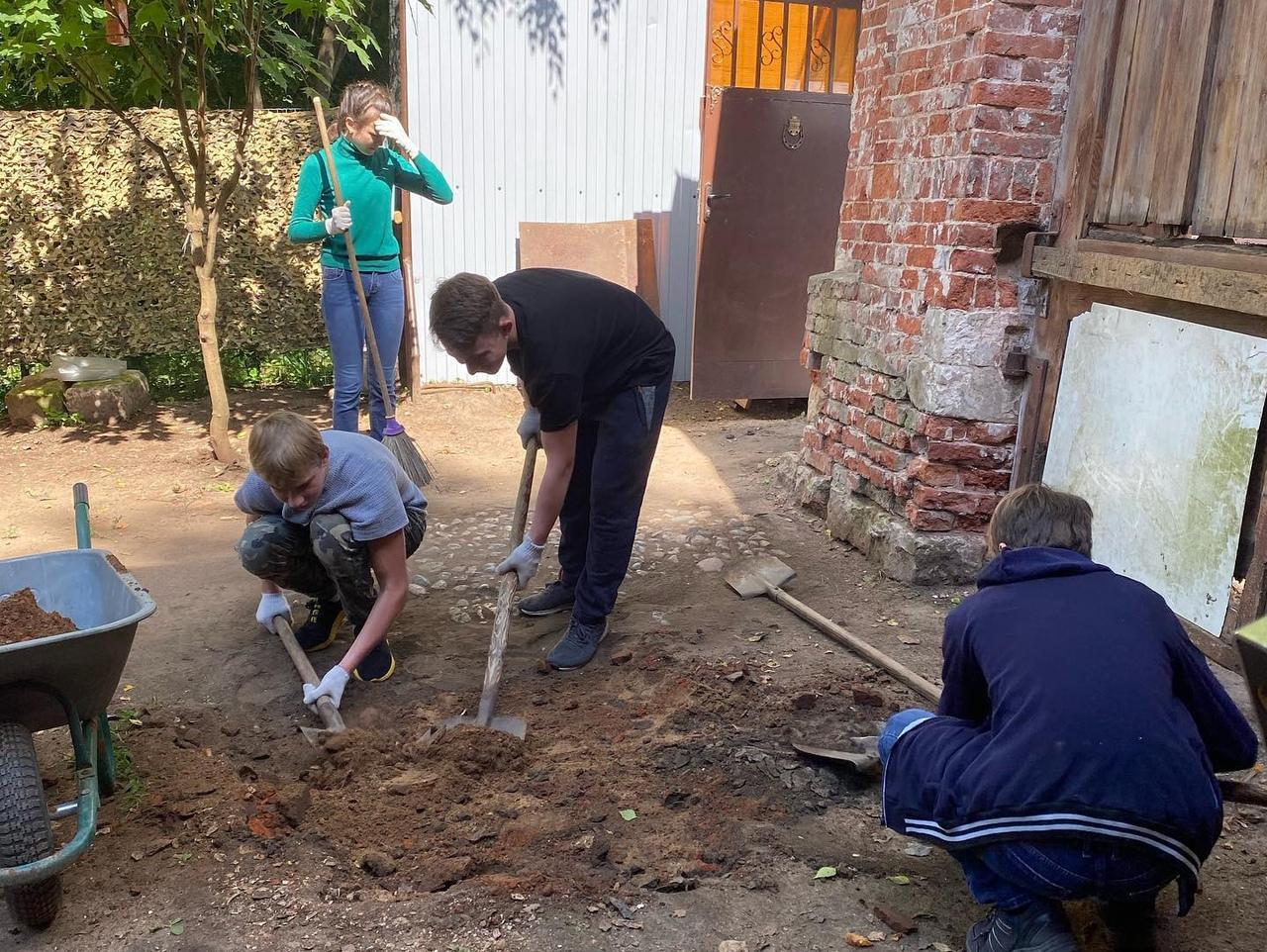 Волонтёры Том Сойер Феста в Кимрах откопали древнюю мостовую