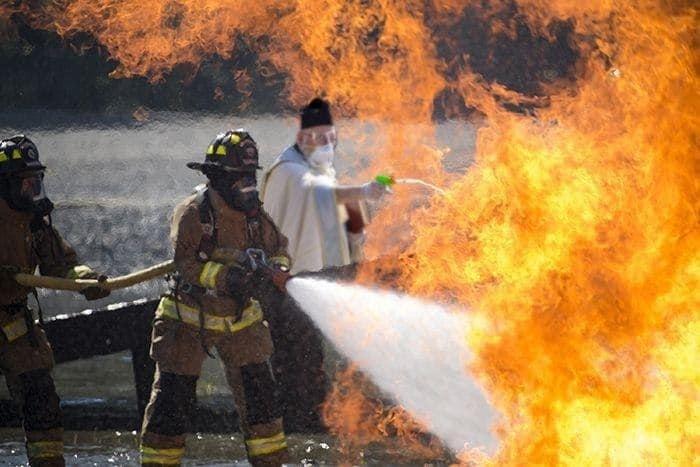 Недавно интернет покорил священник, держащий пистолетик со святой водой, и тут же стал жертвой фотошопа...