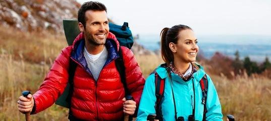 В походах, особенно коротких вылазках на природу во время выходных, часто приходится наблюдать одну и ту же картину – многие не умеют подбирать одежду для поездок на природу, путая путешествие, пускай и короткое, с уроком физкультуры. И если в одно-, двух- дневном походе подобное обычно «сходит с рук», то в дальней поездке может быть чревато последствиями. Да и за короткое время вполне возможно простудиться, получить травму, лишить себя удовольствия от общения с природой.