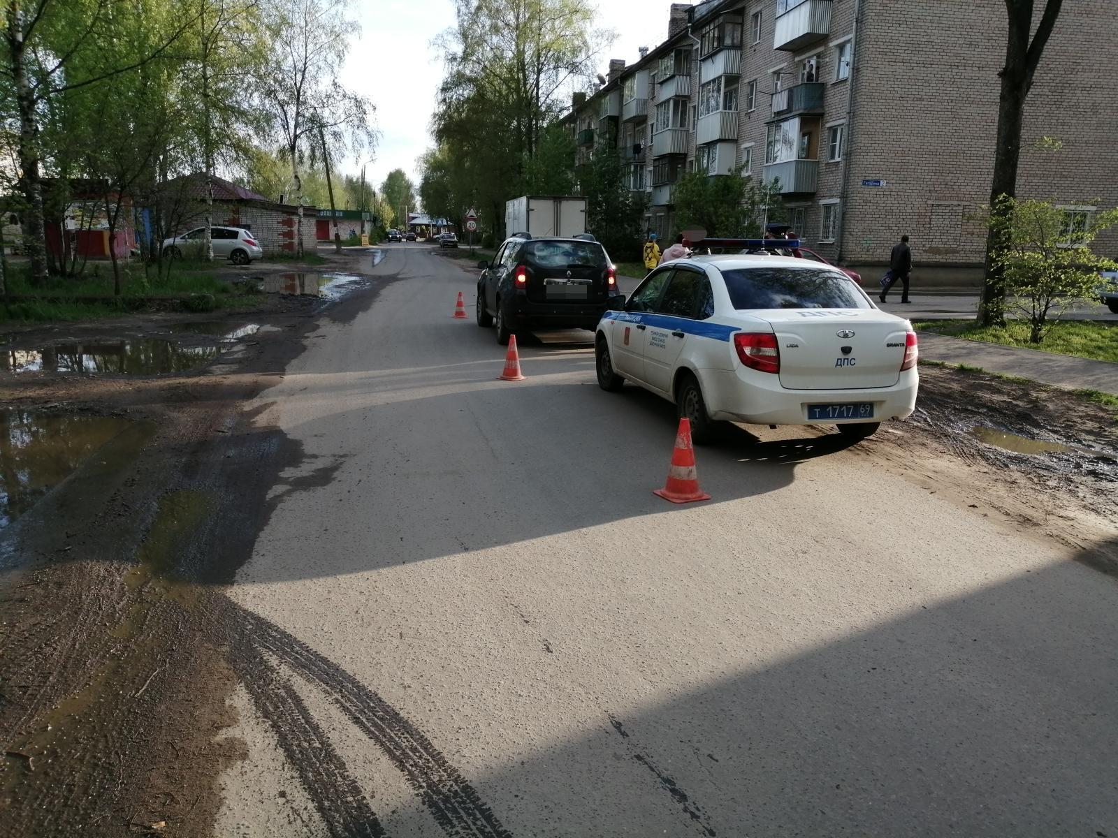 На проезде Гагарина в Кимрах водитель Renault Duster сбила 16-летнего молодого человека