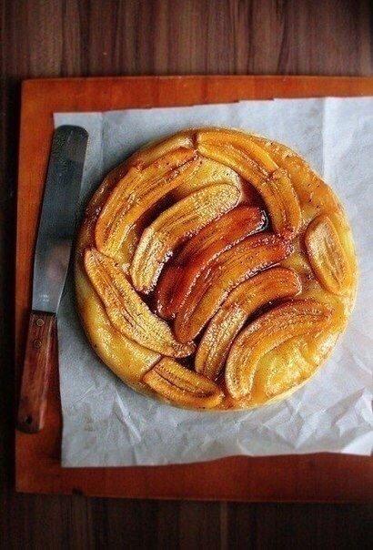 Бомбический Банановый слоеный пирог Нужно:Сливочное масло 60 гСахарная пудра 160 гЦедра апельсина 1 шт.Корица ¼ ч. л.Банан 4 шт.Листы слоеного теста 1 шт.Готовим:1. Духовку нагрейте до 180°C.