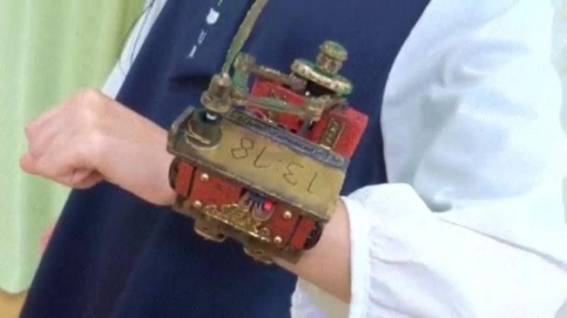 Этот стимпанк «часы» пишет время каждую минуту и стирает его, прежде чем писать снова.